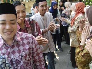 Warga Madrasah tampak sedang melaksanakan halal bi halal