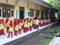 Berbaris sebelum masuk kelas