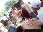 Santri Alwathaniyah sedang menyiapkan takjil buka puasa