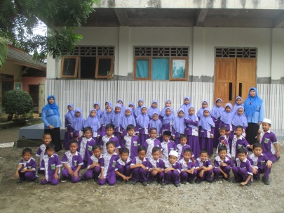Siswa Kelas I A-B bersama wali kelas