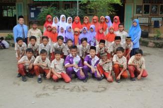 Siswa Kelas V A-B bersama wali kelas