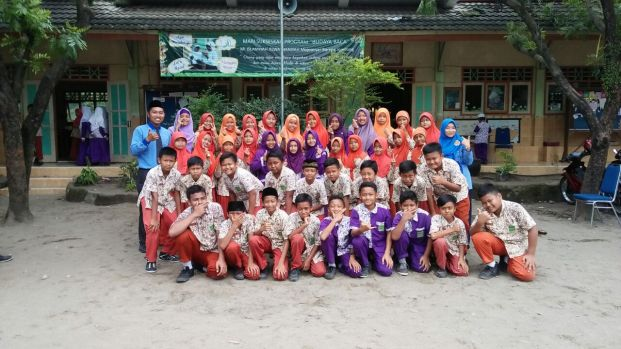 Siswa kelas VI A-B bersama wali kelas