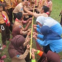 Teachers sedang mencoba bermain bambu turun